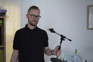 Mikael Sundström anväder numera sin Ipad som verktyg när han fimar. Ett gammalt mikrofonstativ har förvandlats till en selfiestick.