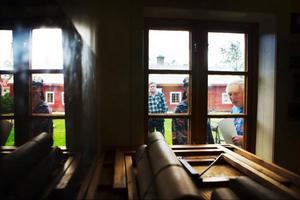 Att lära genom historien istället för att lära om historien är kulturarvspedagogikens ledord. Här studerar man för och nackdelar vid fönsterkonstruktion vid ett byggnadsvårdsläger på Jamtli.