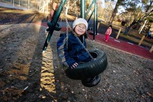 Lekparken i Björkbacka parken är till för alla leksugna. Men det är den första lekparken som är anpassad för funktionshindrade. Elisa Blomgren, som inte är funktionshindrad, och hennes kompisar var där på onsdagseftermiddagen.  Foto: Ulrika Andersson