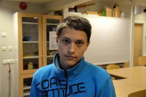 Anton Lindgren, 14 år, Korsta:   – Det finns ju många som är på skolan på dagarna men inte på lektionerna. Lärarna borde försöka få in dem i klassrummen när det är lektion.