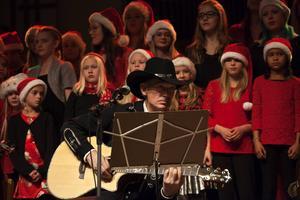 Doug Seegers på scen framför körgruppen We R Singers.