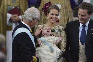 Kung Carl Gustaf, prinsessan Madeleine med prins Nicolas och Christopher O'Neill under dopet i Drottningholms slottskyrka 11 oktober 2015.