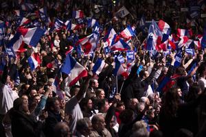 Valrörelsen i full gång. På bilden anhängare Marine Le Pen.