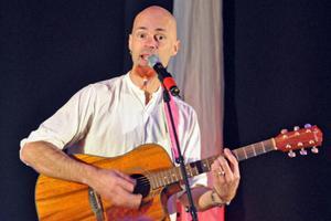 Bengt Kyllinge inledde musiksöndagen med låtar, skämt och ett par anekdoter.