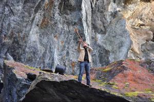 Torkel Johansson invigningsblåste i kohorn och näverlur från den jättelika stenen intill scenen.