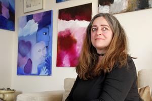 Annika Kilmark målar gärna i symboler.  Som en del i sorgearbetet har hon haft många utställningar, bland annat i Gamla stan i samarbete med Suicide zero. Nu pågår en utställning på Galleri Gläntan fram till den 3 juni. Efter midsommar ska hon ställa ut på Täljstenen.