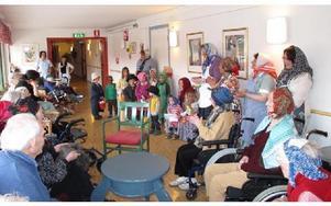 Många påskkäringar samlades på Norshöjdens äldreboende. För flera av de boende blir det många minnen från när det själva var barn och klädde ut sig till påskkäringar. FOTO: ILSE VORNANEN