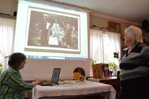 Arkivens dag. Arkivarie Anita Karlsson och ordförande Ulla Carlsson tittar på ett foto från Skirbråten.