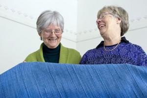 Kestin Rundlöf och Anita Nordgren har vävt det stora, blå bårtäcket. Nu är väven äntligen klar och redo att överlämnas till Hamrånge församling.
