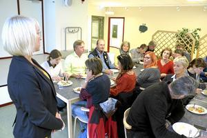 Måltidschef. Anna Brorsson, tf måltidschef i Lekebergs kommun, berättar om kommunens livsmedelsinköp för deltagarna som sett naturbetesmarker i Tysslinge.
