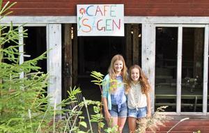 Märta Hagelin och Ester Ringqvist, här vid enrén till kaféet.