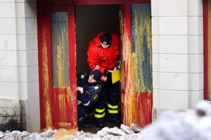 Polisens kriminaltekniker började i går att undersöka den brandhärjade byggnaden på Prästgatan i Östersund. Foto: Håkan Luthman
