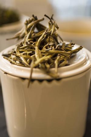 Allt te, utom rött, görs på blad av växten Camellia sinensis.