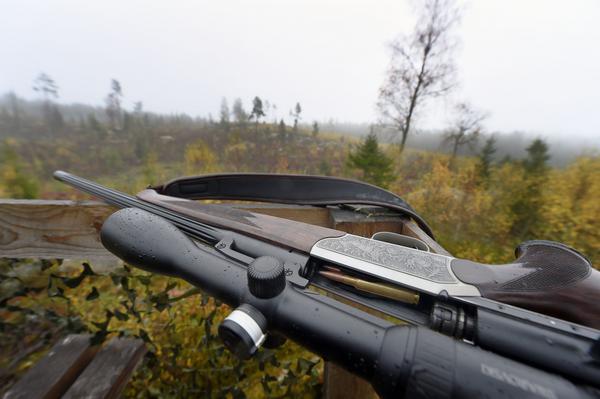 SVINHULT 2014-10-13 Jaktlaget samlas innan jakten börjar i Svinhult, Östergötland. Den 13 oktober startar älgjakten i södra Sverige.Foto: Mikael Fritzon / TT / kod 62360