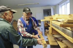 Arbete pågår på snickeriverkstaden. Hilding Berglund behöver mer virke.