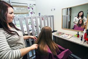 Tioåriga Julia Forsberg har precis blivit klippt - och är helnöjd med Cicilia Johnssons arbetsinsats.