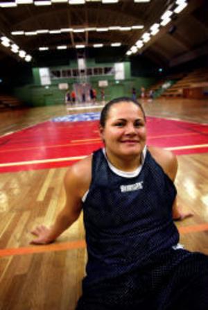 22-åriga amerikanskan Jennifer Lingor anslöt till Sundsvall Dambasket i går. Hon är mycket meriterad och satsar hela sitt liv på basketen.
