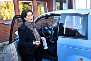 Tekniska nämndens ordförande Inger Schörling, MP, tar en tur med den nya elbilen.