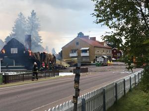 En fastighet med en pizzeria, bostäder samt ett garage, i Skogsbo i Avesta totalförstördes i en brand på tisdagseftermiddagen.