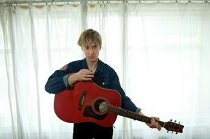 När Lars Ohly kommer till Gävle är det som uppvärmning åt Florence Valentin. Här är sångaren Love Antell.