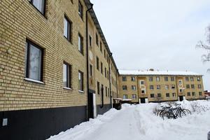 Axel Johnsons väg 96-98. Det var här Pernilla Theorins lägenhet fanns och mordet begicks. Huslängan är belägen precis intill Axel Johnsons väg vars balkonger alltså vetter mot varuhuset LIdl