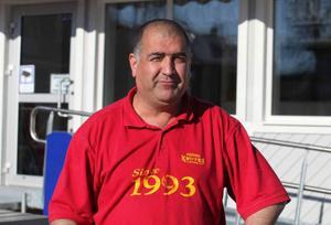 Hassan Tömek öppnar gatuköket vid torget i Sveg på onsdag.
