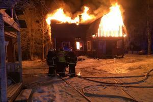 Brandkåren kan inte rädda huset.