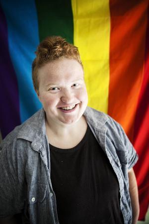 Britsy Mattsson ifrågasätter heteronormen och vill inte definiera sig med ett kön – hen är queer.    – Jag tänker inte gömma mig. Jag tänker inte sluta vara den jag är. Då skulle jag lika gärna kunna dö i alla fall.