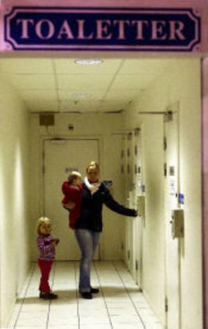 Ingen toa inne på Coop Forum. Lyckligtvis han Frida ändå i tid till den här toaletten en trappa ner. Mamma Jennie Kjellson är upprörd över det dåliga bemötandet av kissnödiga barn på stormarknaden i Bydalen.