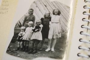 Irma Larsson, i mitten, tillsammans med sina syskon och mamma i Finland.