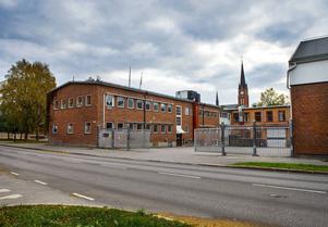 Emhart använder inte längre delen mot Badhusparken och vill nu få besked av kommunen om det i framtiden kan vara möjligt att bygga bostäder i ett 16 våningar högt hus.
