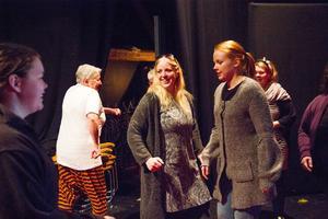 Skådespelarna Mia Rydell, Mellanfjärden, och Johanna Sandström, Hårte, Jättendal, Nordanstig leder teaterimprovisation.