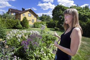 """Gör och gör om. Berit Suvakov testar sig fram i trädgården. Som nästa projekt funderar Berit på att plantera några bärbuskar. """"Jag tycker det skulle vara kul att gå ut och hämta något att äta i trädgården"""" säger hon. Foto: Rune Jensen"""