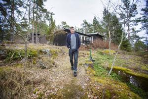 På Ljusterö har familjen sitt sommarhus sen åtta år och just här händer det att matpassionen får konkurrens. Då tar snickaren Anders över.
