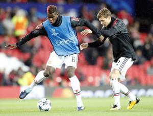Victor Nilsson Lindelöf får dagligen träna med världsstjärnor i Manchester United. Här i kamp med fransmannen Paul Pogba.