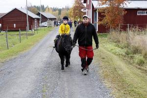 Ellen Agnes Gyllenhammar tog chansen att rida på ponnyn Isor. Det var andra gången någonsin hon red på en häst. – Det var jättebra, sa hon. Markus Sulk ledde hästen.