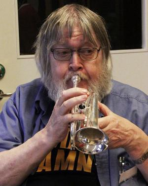 Så ska det låta! Leif Halldén visade den minsta trumpeten på skolan.