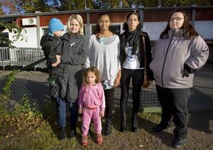 Protesterar. Ann-Sofie Eriksson, Alexander Rudén, Claudia och Kayra Nascimento-Ekström, Katja Chamoun och Mari Soino vill ha Blåsippan kvar.