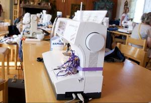 Eftersom det är svårt att ta med sig symaskinen på flyget har sygruppen i Fåker lånat i hop utrustning så att det räcker till alla.