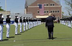 Trump lämnar kustbevakningskadetternas avslutning.