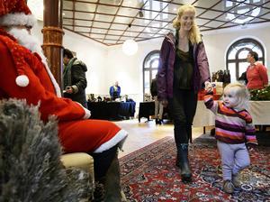 Tvååriga Isolde Adler studerade tomten med skräckblandad förtjusning tillsammans med mamma Anna.