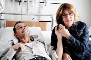 Peter Yacob på dialys, här tillsammans med hustrun Mekaeel Fatohy.