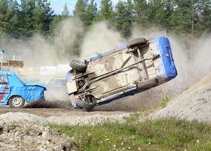 Robert Bergvik, Ljusdals MK, råkade värst ut och fick en vådlig luftfärd i startkurvan