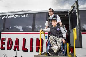 William Jonsson på Öjeskolan fick premiärprova rullstolshissen i Mohlins bussars nya handikappanpassade buss.