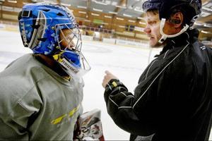 """Målvakten Anton Öst från Svenstavik samtalar med Kjell-Åke Andersson efter ett träningspass. Anton tycker Sommarhockeyn är kul och tycker inte alls att det är skrämmande när alla skjuter mot honom. """"Det är inte så farligt"""", säger han."""