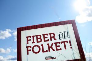 Längs vägen i byn Vängsbo kan man i dagarna se dessa skyltar - Fiber till folket. De signalerar också var fiberkabeln ska dras in.