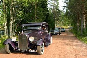 En Ford från 1928 som, passande nog, åkte på vägarna såsom de flesta vägar också såg ut 1928.