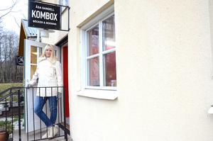 Kom och boxas , böcker och boxning i en och samma lokal. Åsa Sandell på trappan till sin nya verksamhet i Nora.