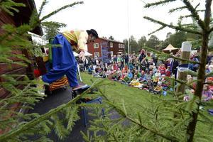 Clownen Daff-Daff stod på scenen och underhöll under Skogens dag på Norra berget.