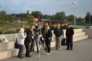 Bild från Kumla Astronomiklubbs visning av Venuspassagen i Kumla Sjöpark. Sammanlagt 25-30 personer såg evenemanget genom filtrerade kikare och med projicering av solen.